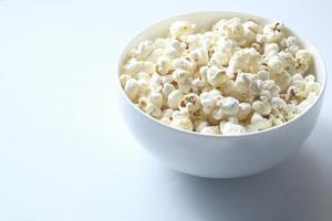popcorn in una ciotola su sfondo bianco foto