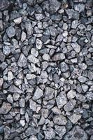 pietre grigie di ghiaia spaccate foto