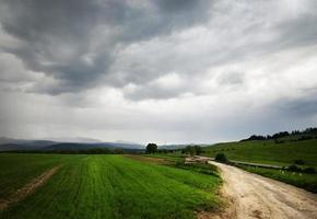 paesaggio di montagna con nuvole prima della pioggia foto