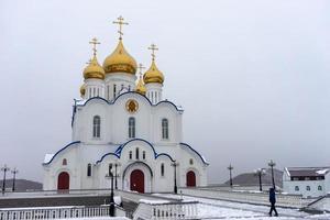 cattedrale della santissima trinità con un cielo bianco nevoso a petropavlovsk-kamchatsky, russia foto