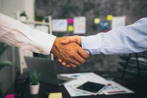 negoziazione di successo e concetto di stretta di mano, due uomini d'affari si stringono la mano foto