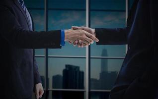 uomini d'affari che danno stretta di mano, negoziazione di successo e accordo foto