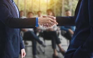 uomini d'affari che danno una stretta di mano dopo una negoziazione e un accordo di successo foto