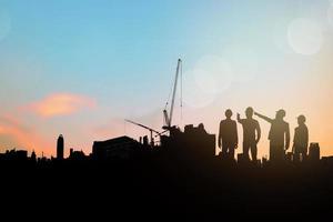 silhouette di ingegnere e pianificazione del gruppo imprenditore edile foto