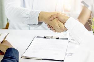 uomini d'affari che fanno stretta di mano, negoziazione di successo foto