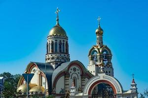 tempio del principe vladimir con un cielo blu chiaro a sochi, russia foto