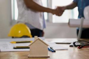 stretta di mano di imprenditore edile e investitore o ingegnere, negoziazione di successo foto