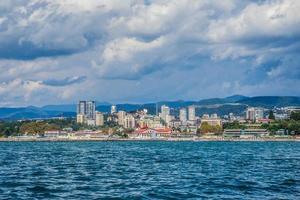 edifici resort su una costa con cielo blu nuvoloso a sochi, russia foto