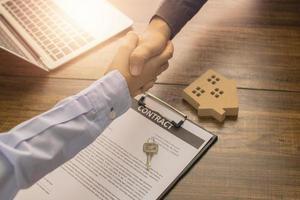 stretta di mano di close-up per contratto immobiliare foto