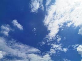 cielo blu e priorità bassa chiara della natura della nuvola bianca foto