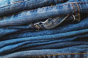 pila di blue jeans foto
