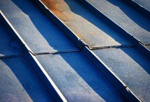 vecchio tetto in metallo zincato foto