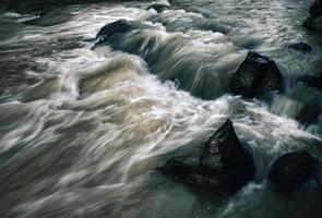 oscura sera fiume selvaggio foto