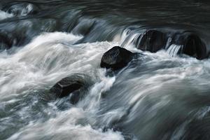 pietre scure nel fiume foto