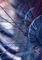 ruota di bicicletta sulla strada foto