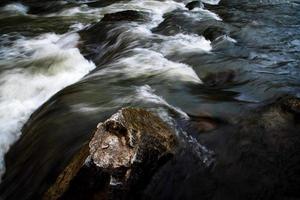 dettaglio di un fiume scuro foto