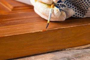 restauro di una porta in legno, riparazione di graffi su una superficie in legno foto