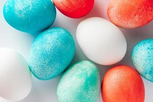 Close-up multicolore uova di Pasqua su uno sfondo bianco. foto