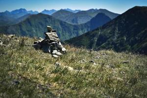 pila di pietra su una montagna foto