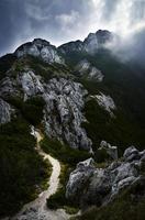 strada per le montagne con le nuvole foto