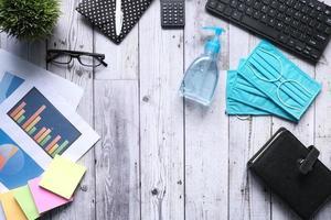 disposizione piatta di forniture per ufficio su una scrivania foto