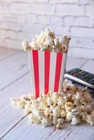 popcorn e un telecomando della tv foto