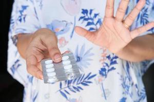 mano della donna che tiene i blister foto