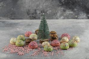 ciambelle dolci colorate con codette e un ornamento natalizio foto
