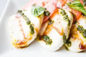 insalata di pomodoro e mozzarella nel piatto bianco foto