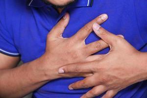 uomo che indossa la camicia viola tenendo il petto foto