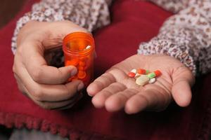 stretta di mano delle donne prendendo pillole foto