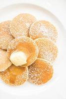 pancake con burro in cima foto