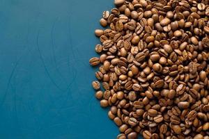 chicchi di caffè su sfondo blu con copia spazio foto