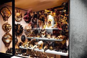 venezia, italia 2017 - vetrina veneziana con maschere foto