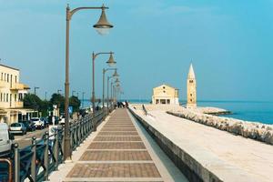 caorle, italia 2017- chiesa di nostra signora dell'angelo sulla spiaggia di caorle italia foto
