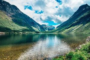 bella vista di un lago nella valle delle montagne norvegesi foto
