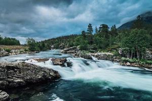 Flusso di fiume in Norvegia con fresca acqua turchese foto