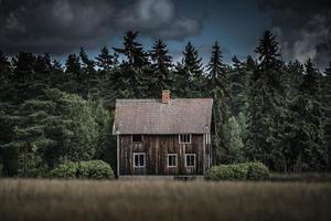 vecchia casa abbandonata nella campagna svedese foto