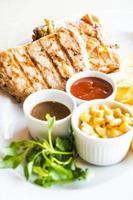 braciola di maiale e bistecca di pollo foto