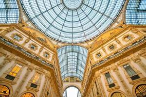 la galleria vittorio emanuele ii è una delle zone commerciali più frequentate di milano foto