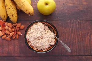avena, frutta e noci per colazione foto