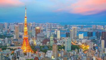 vista panoramica sullo skyline della città di tokyo con la torre di tokyo e il centro business al crepuscolo foto