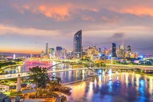 skyline della città di brisbane e fiume brisbane al crepuscolo foto