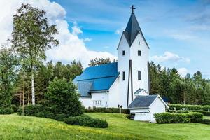 vista estiva di una chiesa in legno bianco in Svezia foto