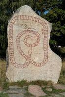 vecchia pietra antica con rune, dai tempi dei vichinghi foto