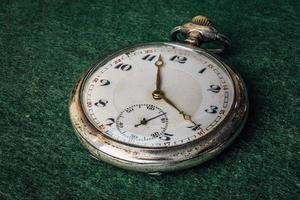 vecchio orologio da tasca d'argento in piena gamma di messa a fuoco foto