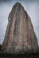 primo piano di angolo basso di grande pietra runica in svezia foto