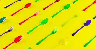 Modello 3D di cucchiai e forchette di plastica trasparente colorati foto
