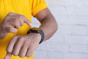 uomo che utilizza orologio intelligente foto