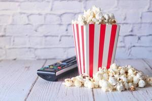 popcorn e telecomando della tv foto
